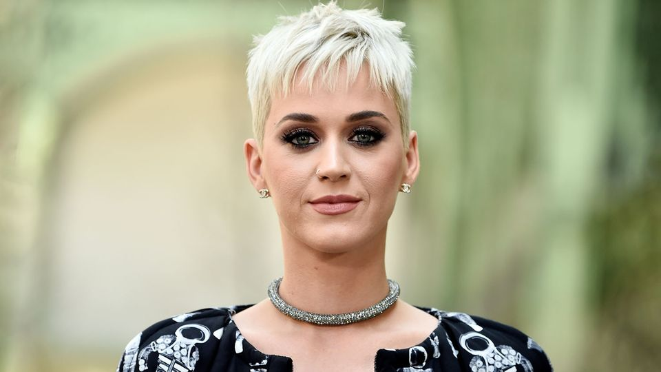 Katy Perry with shirt blonde haircut