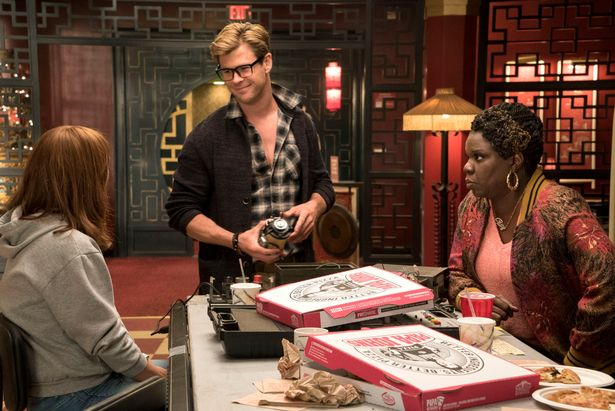 Ghostbusters Leslie Jones and Chris Hemsworth with pizza in Ghostbusters (2016)