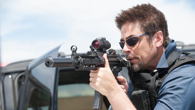 Benicio Del Toro pointing gun in Sicario