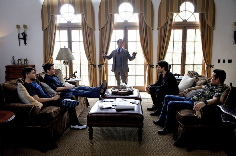 Ari Gold (Jeremy Piven) talking to the cast of Entourage